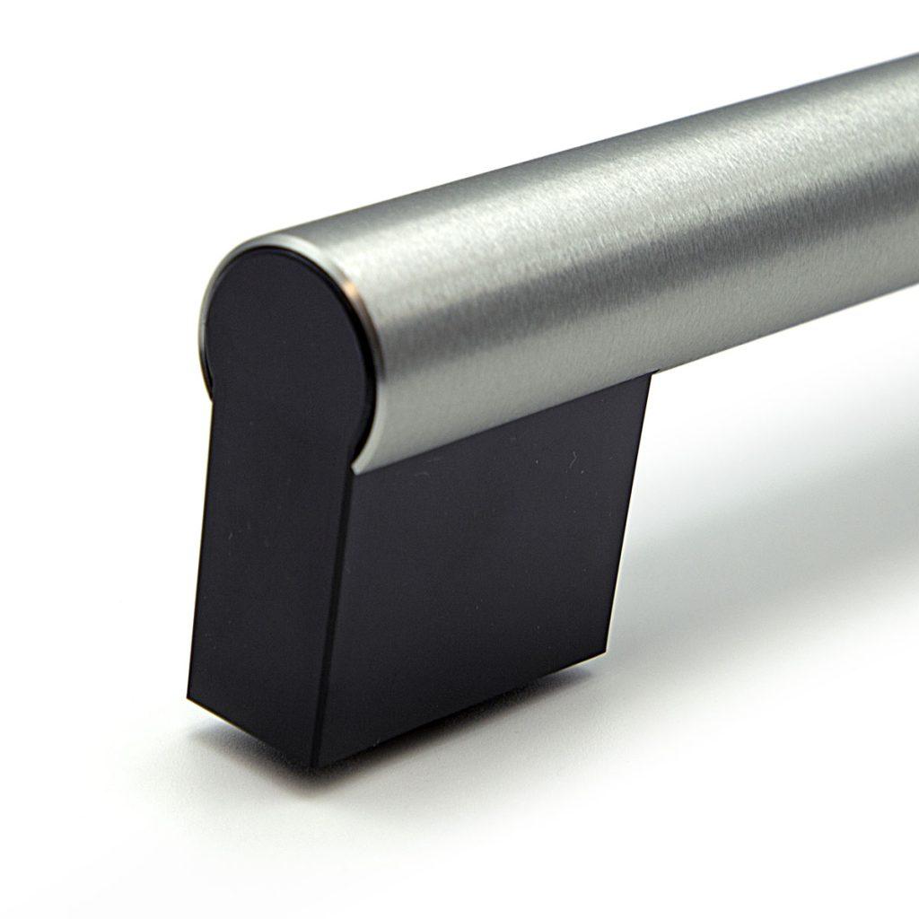 """Maniglia forno alluminio con satinatura radiale """"Grinding"""" e supporti in plastica"""